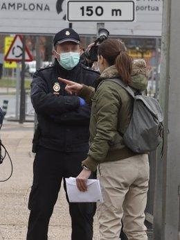 Efectivo de la Policía en un control por el Covid-19