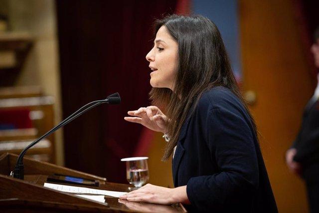 La diputada de la CUP en el Parlament, Maria Sirvent, durante su intervención en una sesión plenaria en el Parlament de Catalunya.