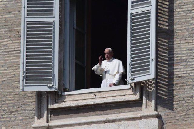 El Papa en el último rezo del Ángelus ante una vacía Plaza de San Pedro