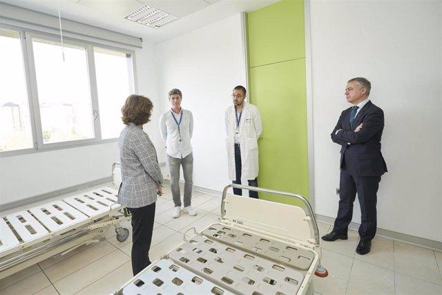 El lehendakari, Iñigo Urkullu, en su visita al Hospital de Txagorritxu, en Vitoria.