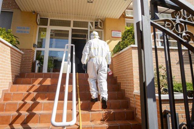 Un militar de la UME totalmente protegido entra en la Residencia de ancianos Edad de Oro