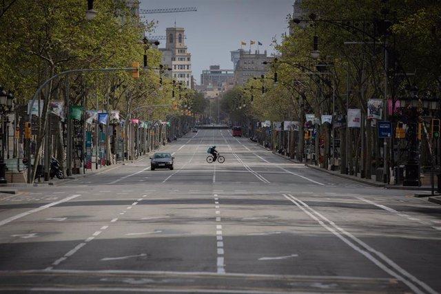 Paseo de Gracia, prácticamente vacío durante el primer día laborable de la segunda semana desde que se decretó el estado de alarma en el país a consecuencia del coronavirus, en Barcelona/Catalunya (España) a 23 de marzo de 2020.