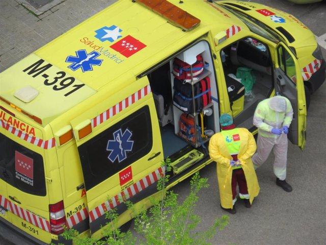 Médicos en una ambulancia durante la crisis del coronavirus