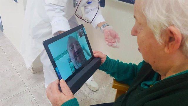Uno de los usuarios de la residencia asistida de Diputación conversa con sus familia