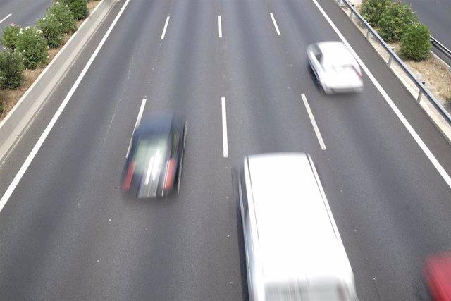 Coches en una carretera en una imagen de archivo