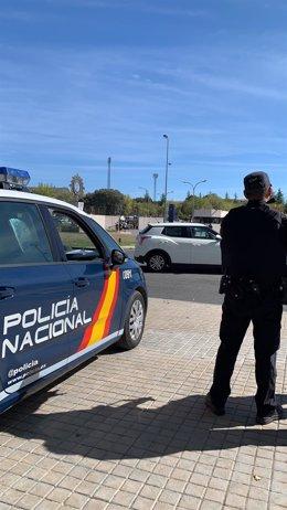 Agente Policía Nacional coche en la calle
