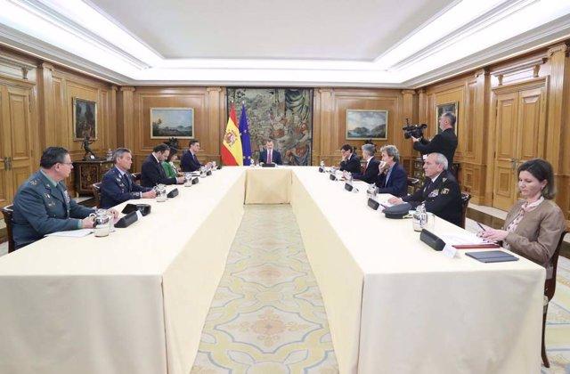 El Rey Felipe VI se reúne con el presidente del Gobierno, Pedro Sánchez, y el Comité de Gestión Técnica del Coronavirus en la Zarzuela el 18 de marzo de 2020.