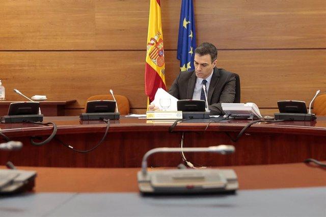 El presidente del Gobierno, Pedro Sánchez, preside la reunión del Consejo de Ministros de este martes donde se ha previsto aprobar la solicitud al Congreso de los Diputados de la prórroga del estado de alarma por otros 15 días debido al coronavirus