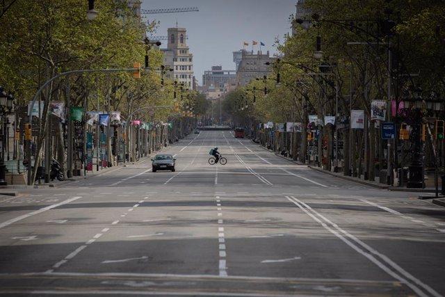 Passeig de Gracia, pràcticament buit durant el primer dia laborable de la segona setmana des que es va decretar l'estat d'alarma al país a conseqüència del coronavirus, a Barcelona/Catalunya (Espanya) a 23 de març de 2020.