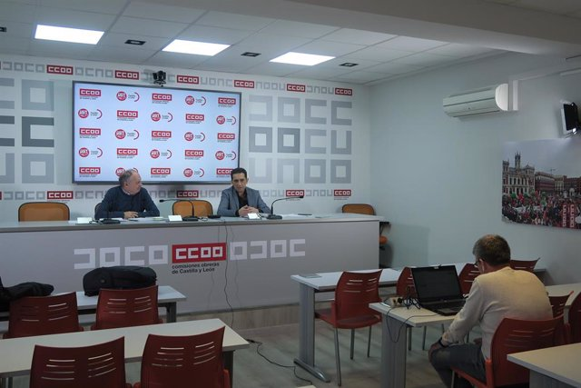 Los secretarios generales de UGT y CCOO en Castilla y León, Faustino Temprano (i) y Vicente Andrés (d), respectivamente, en rueda de prensa por videoconferencia.