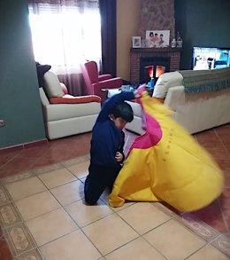Un alumno de la escuela taurina practica en casa