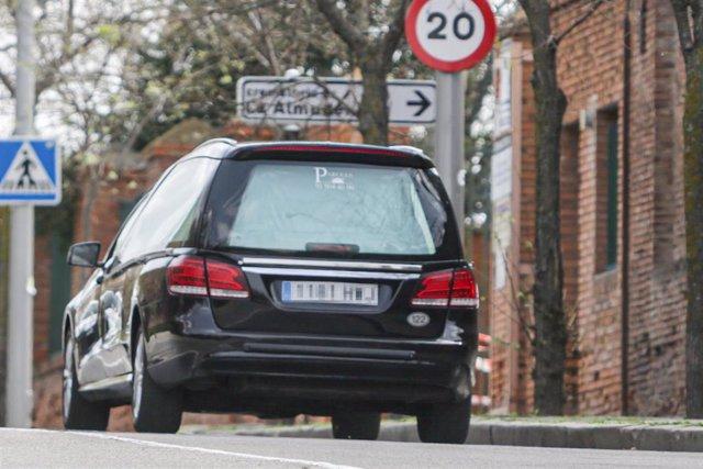 Un coche fúnebre se dirige al Cementerio de la Almudena en Madrid, ciudad que suma más de 100 muertes de enfermos con coronavirus, en Madrid (España) a 19 de marzo de 2020.