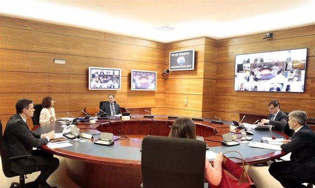 El presidente del Gobierno, Pedro Sánchez, preside la reunión del Consejo de Ministros de este martes donde se ha previsto aprobar la solicitud al Congreso de los Diputados de la prórroga del estado de alarma por otros 15 días debido a la crisis del coron