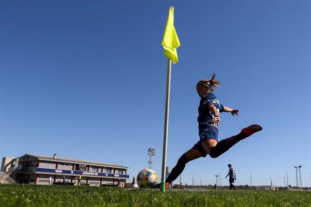 La jugadora del Levante Claudia Zornoza en un partido de la Primera Iberdrola contra el Club Deportivo Tacón en la Ciudad Deportiva del Levante