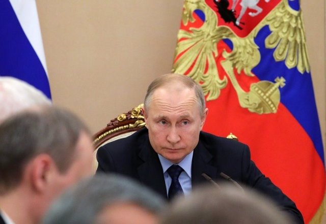 Coronavirus.- Putin aplaza por el coronavirus la reforma constitucional que le p