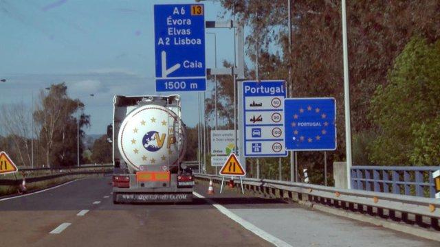 Carretera en dirección a Portugal en las inmediaciones de Caya (Badajoz) el primer día en el que España ha restablecido los controles de fronteras terrestres hasta el fin del Estado de Alarma decretado por el coronavirus