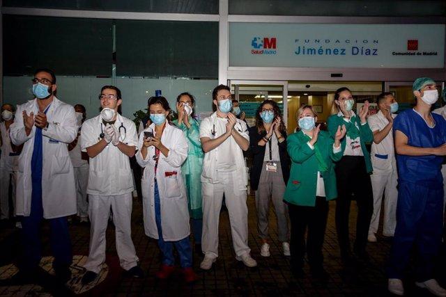 Aplausos a los trabajadores sanitarios en la Fundación Jiménez Díaz de Madrid