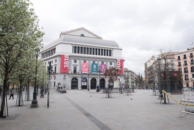 Plaza de Ópera con el Teatro Real al fondo.