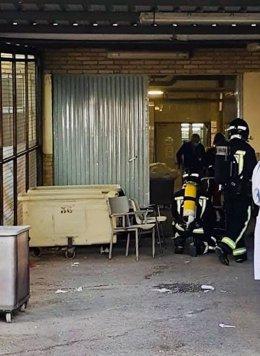 Bomebros accediendo a la lavandería del Hospital de Jaén