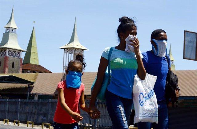 Una familia con mascarillas improvisadas en Venezuela