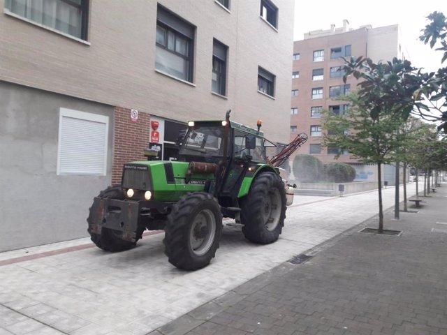 Imagen del tractor desinfectando.