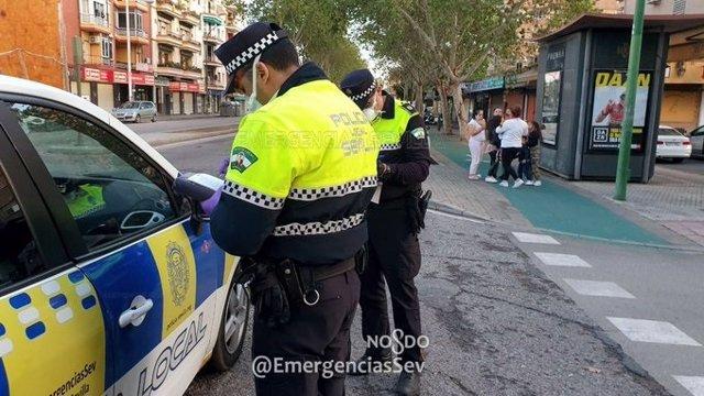 Policías locales de Sevilla durante el estado de alarma por el coronavirus