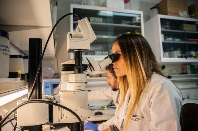 Una investigadora en un laboratorio.