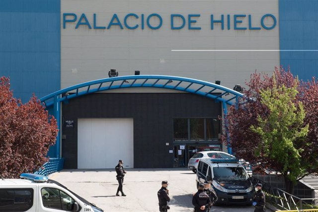 Agentes de la Policía Nacional custodian el Palacio de Hielo
