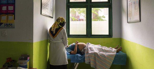 En Ambon, Indonesia, una mujer embarazada recibe servicios médicos.