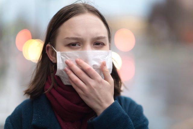 Mujer inmunodeprimida con mascarilla.