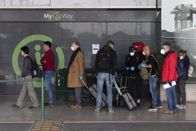 Personas con mascarillas en un aeropuerto en Lisboa
