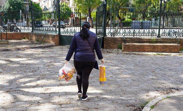 Reparto de alimento para los niños desfavorecido que iban a los comedores escolares