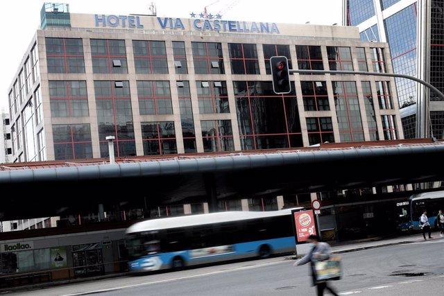Fachada del Hotel Vía Castellana, un hotel medicalizado para atender a pacientes del Hospital La Paz contagiados con coronavirus, en Madrid.