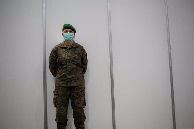 Un militar protegido con mascarilla custodia el pabellón de la Fira de Barcelona que ya está habilitado para acoger a personas sin hogar en plena crisis del coronavirus, en Barcelona, Cataluña (España), a 25 de marzo de 2020.