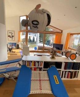 El esquiador suizo Andri Ragettli hace parkour en su casa durante la cuarentena