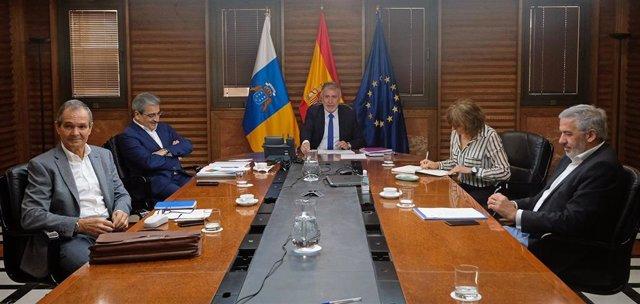 El presidente de Canarias, Ángel Víctor Torres, reunido con el comité científico de emergencia sanitaria