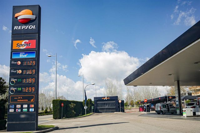 Gasolinera de Repsol ubicada en Madrid abierta tras el anuncio realizado por la Comunidad de Madrid de que las estaciones de servicio se preparan para atender a transportistas de alimentos y productos esenciales