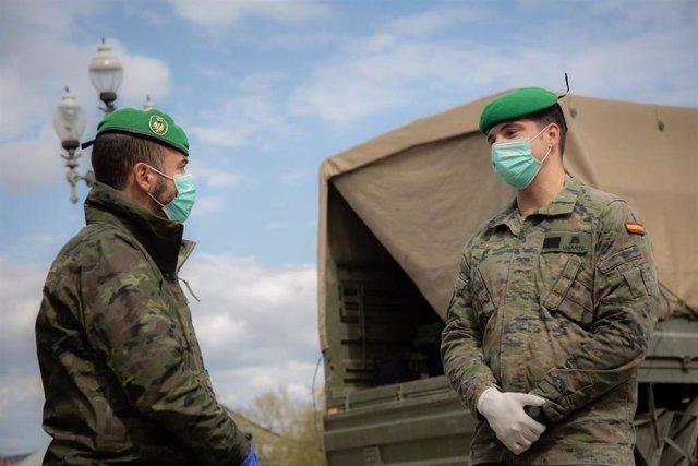 Dos militares del ejército protegidos con mascarilla en Barcelona