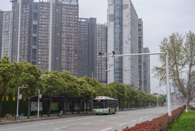Un autobús en las calles de Wuhan
