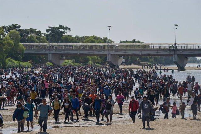 Migrantes centroamericanos en la frontera entre México y Guatemala