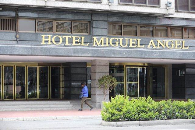 Un hombre pasa al lado de la puerta del Hotel Miguel Ángel