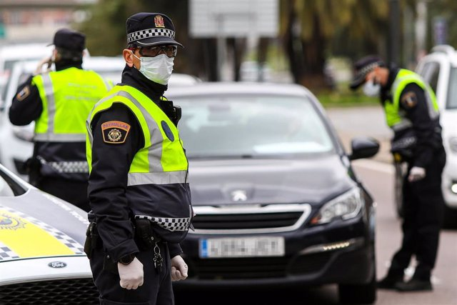 Varios agentes de la Policía Local de Valencia protegidos con mascarillas