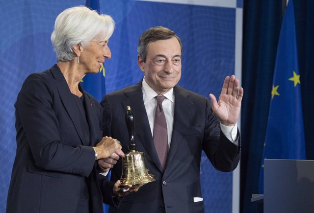 FILED - 28 October 2019, Hessen, Frankfurt/Main: ECB President-designate Christine Lagarde (L) shakes hands with The outgoing President of the ECB, Mario Draghi, during a ceremony marking the change at the head of the ECB. Photo: Boris Roessler/dpa