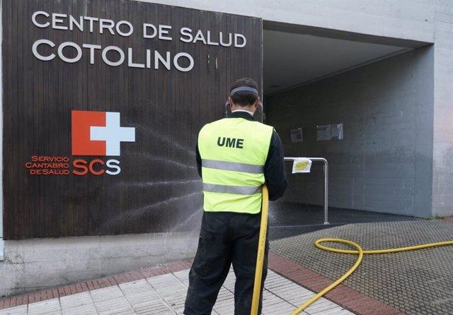 La UME desinfecta el centro de salud Cotolino, en Castro Urdiales