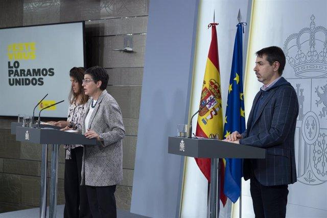La secretaria de Estado de Cooperación, Ángeles Moreno (i), la ministra de Asuntos Exteriores, UE y Cooperación, Arancha González Laya (c) y el director general de españoles en el Exterior y Asuntos Consulares, Juan Duarte (d)