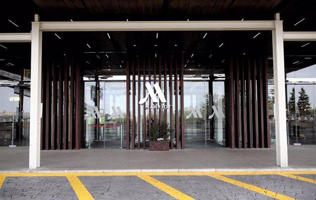 Puerta del Hotel Marriott Auditorium, en el kilómetro 12 de la A-2.