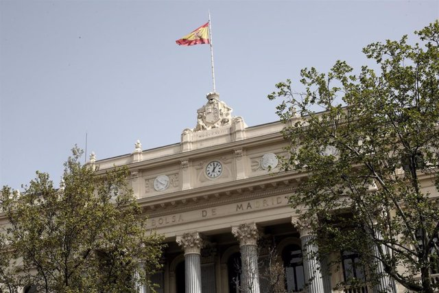 Fachada del edificio de la Bolsa en Madrid,