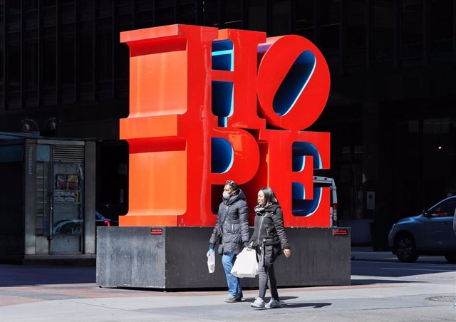 Dos mujeres pasean ante una escultura en Nueva York