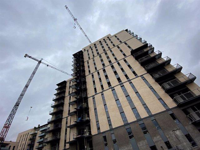 Edificio de viviendas en construcción.