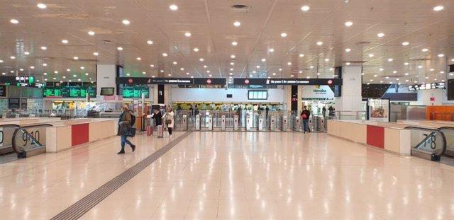 El acceso a las vías del tren en el vestíbulo de la estación de Barcelona-Sants durante el estado de alarma por la pandemia de coronavirus